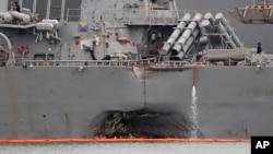 지난 8월 싱가포르 근해에서 상선과 충돌한 미 해군 구축함 '존 S 매케인' 호 측면이 크게 파손됐다.