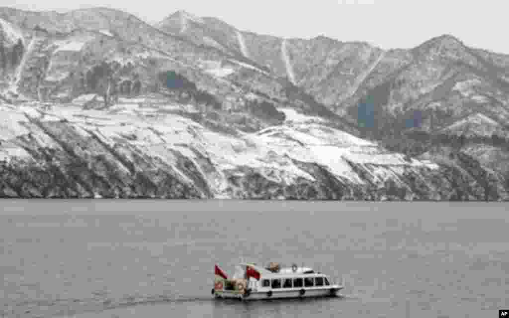 鴨綠江上的中國遊艇,對岸為北韓山丘