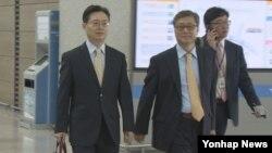 한국의 황준국 외교부 한반도평화교섭본부장(왼족)이 오는 18일(현지시각) 러시아에서 열리는 양국 6자회담 수석대표 회담에 참석하기 위해 16일 인천공항을 통해 출국하고 있다.