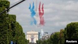 Aviones de combate franceses sobrevuelan París durante el desfile anual por el Día de la Bastilla, este martes, 14 de julio de 2015.