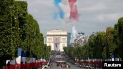 Jalan Champs-Elysees saat berlangsungnya parade militer hari Bastille di Paris, Perancis (14/7).