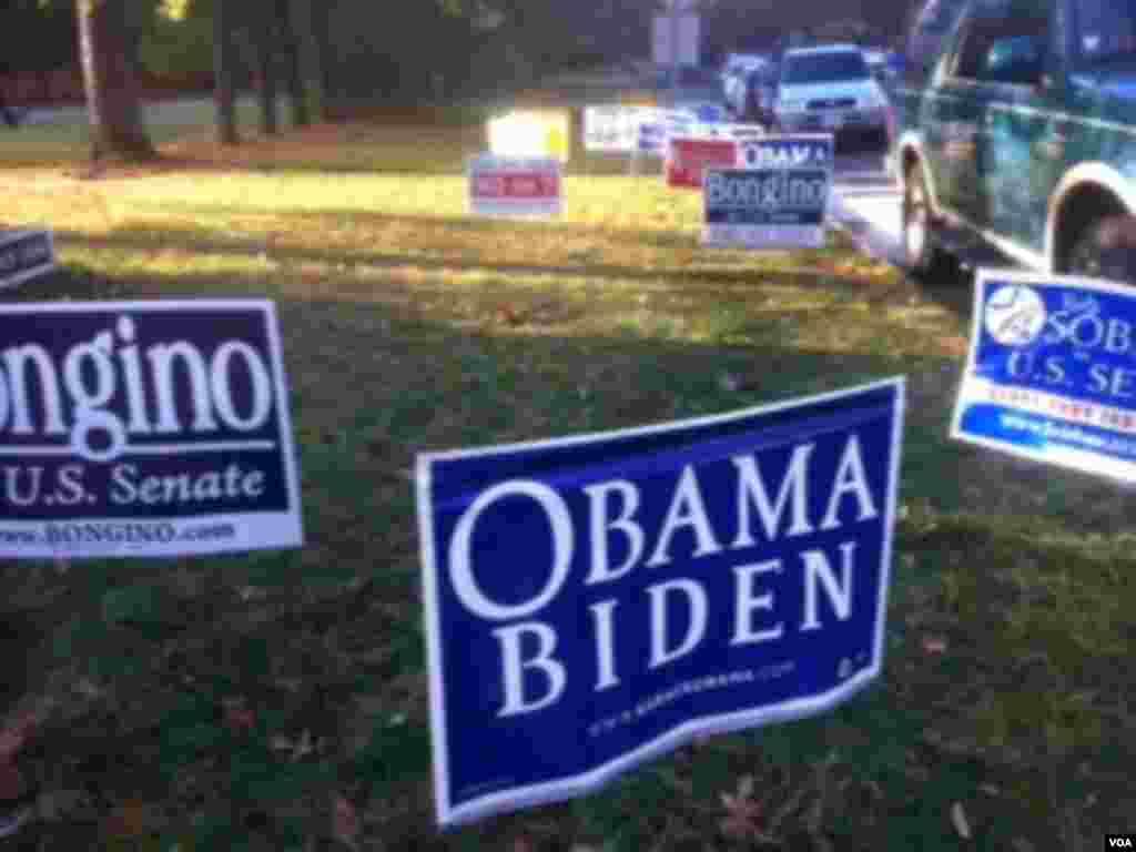 投票站門口的草地上插著候選人的競選標語,其中包括奧巴馬和拜登的標語 (美國之音張洸華拍攝)