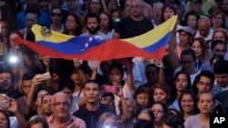 Abanyagihugu muri Venezuela bakurikirana uwigize perezida w'imfatakibanza, Juan Guaido mu myiyerekano i Caracas, Venezuela, itariki 28/03/2019.