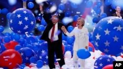 هیلاری کلینتون نخستین زنی که نامزد یک حزب عمده سیاسی آمریکا برای انتخابات ریاست جمهوری شد و تیم کین (چپ) معاون او - ۲۸ ژوئن ۲۰۱۶