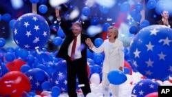 民主党全国代表大会最后一日,民主党总统候选人克林顿和竞选搭档凯恩面对欢呼的人群(2016年7月28日)
