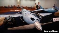 지난해 4월 한국 UAD 체계개발단장이 대전 국방과학연구소에서 열린 북한 무인기 중간조사 결과를 발표하며 무인기에 탑재된 부품과 카메라 재원 등을 설명하고 있다. (자료사진)