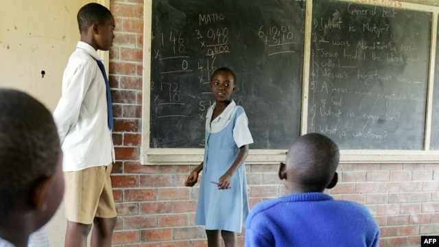 Pupils are taught by a senior student at a primary school in Budiriro Township, in Harare on February 11, 2009 (file photo).