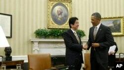美國總統奧巴馬與日本首相安倍晉三2月22日在白宮會面時握手