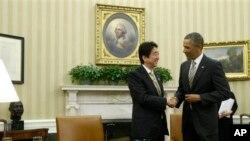 ປະທານາທິບໍດີ ບາຣັກ ໂອບາມາ ຈັບມື ກັບນາຍົກລັດຖະມົນຕີ Shinzo Abe ແຫ່ງຍີ່ປຸ່ນ ທີ່ທຳນຽບຂາວ (22 ກຸມພາ 2013)