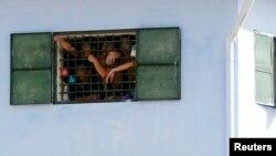 Tù nhân sau song sắt một nhà tù ở ngoại ô Hà Nội.