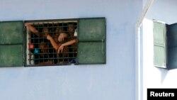 지난해 8월 배트남 하노이 인근 감옥의 수감자들이 창문 밖을 내다보고 있다. (자료사진)