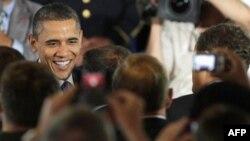 Tổng thống Obama được đám đông chào đón, sau buổi nói chuyện của ông về tình hình kinh tế và nỗ lực của chính quyền để chuẩn bị cho các cựu chiến binh tham gia vào lực lượng công nhân