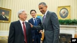 奥巴马总统在白宫椭圆形办公室会见越南共产党总书记阮富仲。(2015年7月7日)