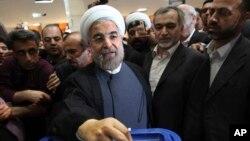 Хасан Роухани (в центре)