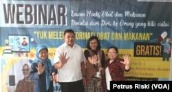 Kepala BB POM Surabaya bersama aktivis Mafindo Surabaya dan Dekan Farmasi UKWMS, sepakat tolak hoaks (foto Petrus Riski-VOA).