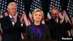 Cựu Ngoại trưởng Hillary Clinton đọc diễn văn cảm ơn các nhân viên trong chiến dịch tranh cử của bà, New York, 9/11/2016.