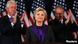 """Hillary Clinton dijo que se le debe a Trump """"una mente abierta y una oportunidad de liderar""""."""