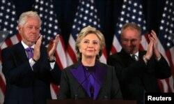 힐러리 클린턴 민주당 대선 후보가 9일 뉴욕에서 연설을 통해 패배를 인정했다.