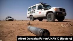 Un véhicule de la MINUAD est stationné à proximité d'une mine non désactivée sur le route de Shangil Tobaya - Tabit , dans le nord du Darfour, le 27 mars 2011.