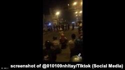 Người dân thắp hương, vái lạy cảnh sát khi bị chặn đường về quê ở Tp.HCM, 1/10/2021.