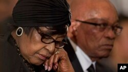 Winnie Madikizela-Mandela,ex esposa de Nelson Mandela, y el presidente de Sudáfrica, Jacob Zuma, participan en un servicio en honor del lider anti-apartheid.