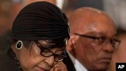 8일 넬슨 만델라 전 대통령의 추모 예배에 참석한 위니 마디키젤라-만델라(왼쪽) 전 부인과 제이콥 주마 남아공 대통령.