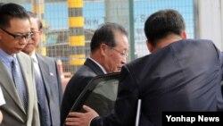중국 측이 주최하는 반관반민 성격의 6자회담 학술세미나에 참석하기 위해 지난 9월 중국 베이징을 방문한 북한의 김계관·리용호 외무성 부상과 최선희 외무성 부국장이 공항에 도착, 차량에 오르고 있다.