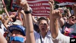 Người biểu tình hô khẩu hiệu phản đối chính sách nhập cư của chính quyền Trump, ngày 30 tháng 6, 2018, ở thành phố New York.