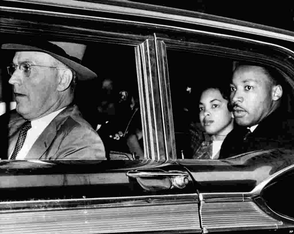 امروز در تاریخ: سال ۱۹۶۰- بازداشت مارتین لوتر کینگ جونیور در شهر آتلانتا جرجیا. راننده ماشین سروان پلیس آتلانتا است. مارتین لوتر کینگ همراه با ۵۲ سیاه پوست دیگر که در تظاهرات علیه تفکیک نژادی شرکت داشتند، بازداشت شد.