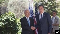 Presiden Israel Shimon Peres (kiri), berjabat tangan dengan calon presiden dari Partai Republik Mitt Romney setelah pertemuan di Yerusalem (foto, 29/7/2012).