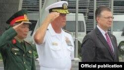 Đại tá Nguyễn Hữu Lương, Phó giám đốc cơ quan Việt Nam tìm kiếm người mất tích (VNOSMP), Chuẩn Đô đốc Jon Kreitz và Đại sứ Daniel Kritenbrink tại buổi lễ.
