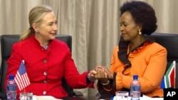 La secretaria de Estado Hillary Clinton conversa con la ministra de Relaciones Exteriores Maite Nkoana-Mashabane en Pretoria.