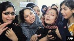 Askerler tarafından öldürülen gencin aile üyeleri cenaze töreninde