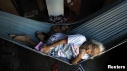 Una anciana descansa junto a su nieto en una hamaca en el pueblo de Pimentel, en el estado brasileño de Itaituba.