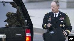 El general Keith Alexander tuvo que lidiar con las filtraciones hechas a la prensa por Edward Snowden.