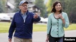 Raja media Rupert Murdoch dan istrinya Wendi Deng menghadiri sebuah di konferensi media di Sun Valley, Idaho (12/7). Murdoch mengundurkan diri sebagai dewan direktur dari beberapa anak perusahaan konglomerasi News Corporation.