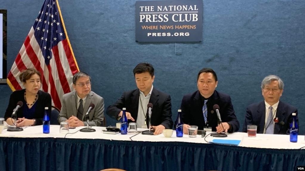 """前天安门学运领袖、""""对话中国""""创办人王丹(右二)在六四30周年纪念日当天在华盛顿国家新闻俱乐部举行记者会,发表纪念六四宣言。照片从左至右分别是吕京华、苏晓康、沈彤、王丹和胡平。(2019年6月4日,美国之音林枫拍摄)"""