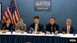 """前天安門學運領袖、""""對話中國""""創辦人王丹(右二)在六四30週年紀念日當天在華盛頓國家新聞俱樂部舉行記者會,發表紀念六四宣言。照片從左至右分別是呂京華、蘇曉康、沈彤、王丹和胡平。(2019年6月4日,美國之音林楓拍攝)"""