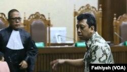 Mantan Ketua Umum Partai Persatuan Pembangunan (PPP) Romahurmuziy, usai menjalani sidang vonis terhadap dirinya di Pengadilan Tindak Pidana Korupsi, Senin, 20 Januari 2020. (Foto: VOA/Fathiyah)