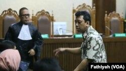 Mantan Ketua Umum Partai Persatuan Pembangunan (PPP) Romahurmuziy,usai menjalani sidang vonis terhadap dirinya di Pengadilan Tindak Pidana Korupsi, Senin, 20 Januari 2020. (Foto: VOA/Fathiyah)