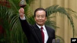 温家宝在2012年十一国庆宴会上讲话后举杯