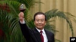 温家宝在今年十一国庆宴会上讲话后举杯 (资料照片)