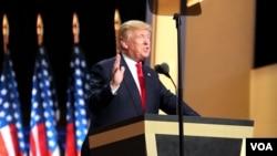 Donald Trump prononce son discours d'investiture comme candidat républicain au quatrième et dernier jour de la convention erépublicaine à Cleveland, Ohio, 21 juillet 2016. (A. Shaker / VOA)