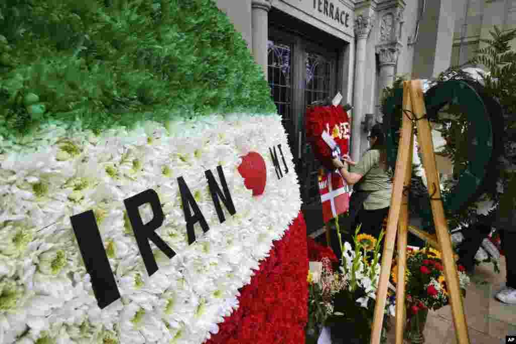 در میان گل های یادبود دهمین سالمرگ مایکل جکسون سلطان پاپ، یک دسته گل با پرچم ایران نیز دیده می شود. عکسی از گردهمایی دوستداران مایکل جکسون در کنار قبر او در کالیفرنیا.