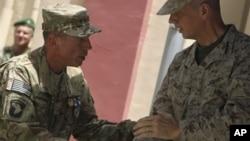 Le général David Petraeus et le général John Allen lors de la cérémonie de Kaboul, le 9 juillet 2012.