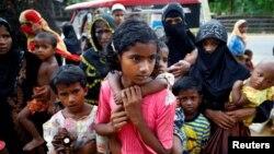 미얀마의 로힝야족 아이들이 29일 방글라데시 콕스바자르의 임시 난민캠프에 도착했다.