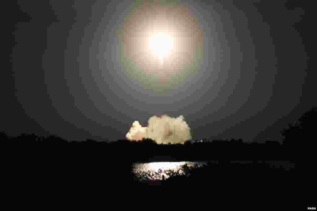 Roket Falcon 9 SpaceX terbang dari Kompleks Peluncuran Antariksa 40 di Stasiun Angkatan Udara Cape Canaveral yang membawa pesawat penyedia pasokan ke Stasiun Antariksa Internasional (10/1).