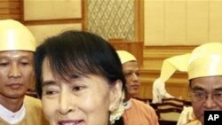 ຜູ້ນໍາຝ່າຍຄ້ານຂອງມຽນມາ ທ່ານນາງ Aung San Suu Kyi ເດີນທາງ ຈາກມຽນມາ ໄປປະເທດໄທ ເພື່ອຢ້ຽມຢາມຕ່າງປະເທດ ເປັນຄັ້ງທໍາອິດ ໃນຮອບ 24 ປີ.