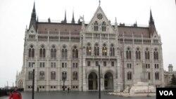 匈牙利议会大厦。大楼东侧有匈牙利起义纪念碑。