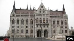 匈牙利議會大廈。大樓東側有匈牙利起義紀念碑。